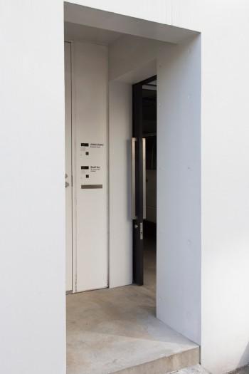 玄関周り。右がガレージから仕事場へ至る扉。左側に浦野邸の扉がある。