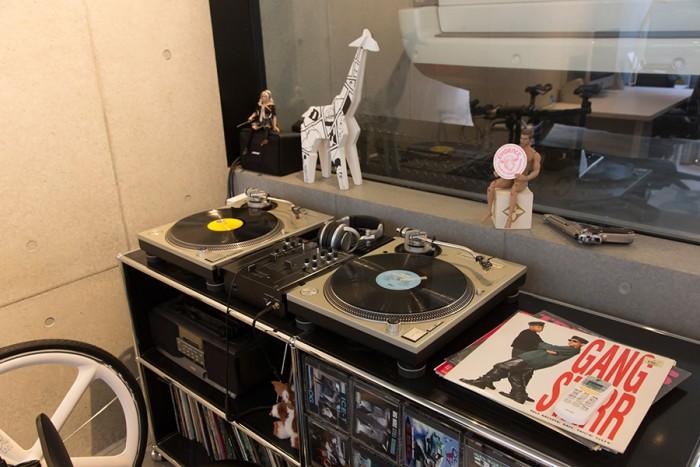 クルマのすぐ近くに置かれているのは浦野さんの好きなギャングスタ・ラップのLPやCDとオーディオ機器。
