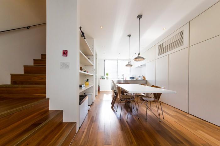シンプルな空間の中に置かれた家具などが引き立って見える。壁の白と床の色との対比もきれいだ。