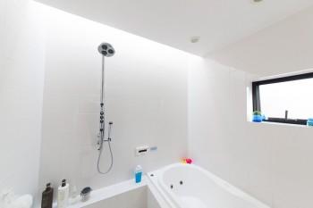 仕事からのリフレッシュのためにこだわった浴室。トップライトから光が落ちる。