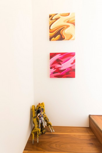 階段の踊り場の壁にかけられているのは白根ゆたんぽさんのデジタルペイント作品。