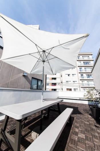 すっきりと広い屋上は、家族で食事やお茶の時間を楽しむほか、友人を招いての夕食会も開いたりするという。
