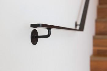 階段の手すりもシンプル。スチールのフラットバーを使用したのは浦野さんの指定だった。