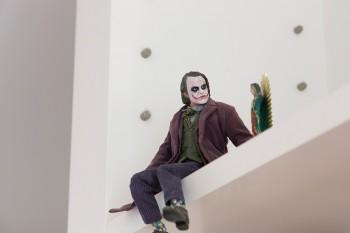 映画『バットマン』のジョーカーのフィギュアの隣は、友人からもらったメキシコみやげのマリア様。