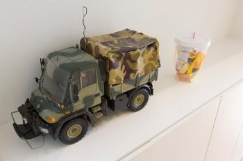 ウニモグのラジコンカーとマクドナルドのおもちゃ。