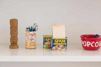 このSPAMの缶はオフィシャルに出されている貯金箱。中がいっぱいになったら開けてメモやペンを入れて使っている。