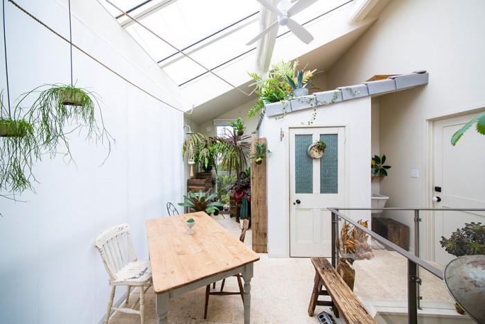 2階のリビング。庭にいるような気分で過ごすことができる。設計・施行はdd-cube(株)HOME建設。