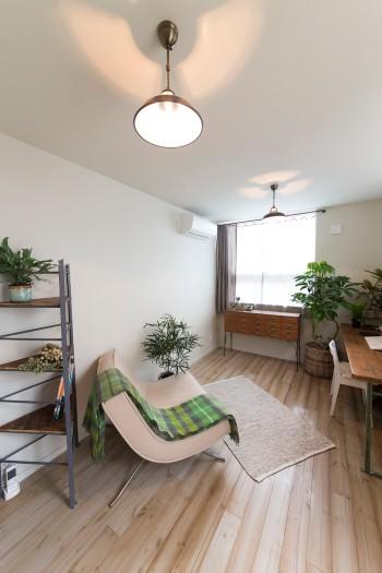 3角型の棚やランプは、昔から持っていたアンティーク。グラデーションの床がナチュラルな雰囲気。