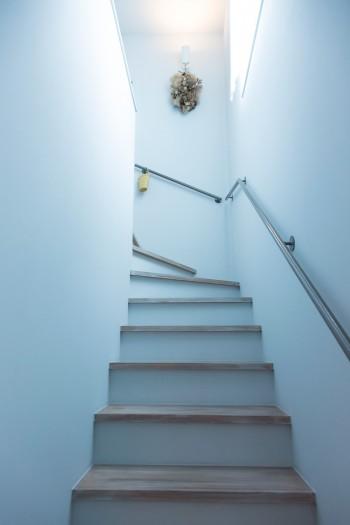 階段、廊下、キッチンの壁はうすいブルーグレーの塗り壁に。「本当はもっとグレー寄りのイメージでした」
