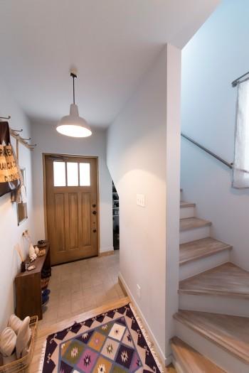 自宅の玄関もナチュラルな雰囲気。階段の床にもグラデーションをつけた。