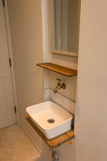 手洗いの水盤は陶芸家に作ってもらったもの。真鍮の蛇口など細部までこだわりが感じられる。