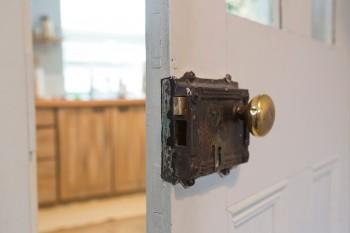 アンティークのドアの向こうがキッチン。