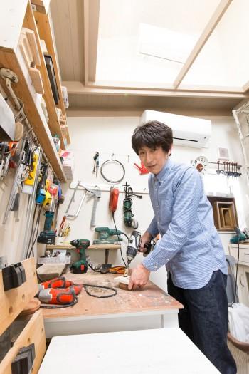 小屋の中は義展さんの作業場。什器などの製作にあたる。