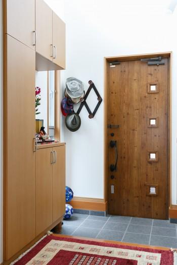 明るくて広々とした玄関。玄関の棚には季節のしつらえを施して料理教室の生徒さんやお客様を迎えるそう。