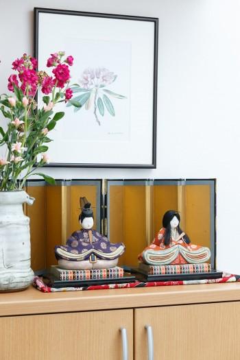 訪れた時に飾られていた木目込みのお雛様は、なんと衣子さんのお母様が50年ほど前に作ったもの。額の絵も季節毎に取りかえる。