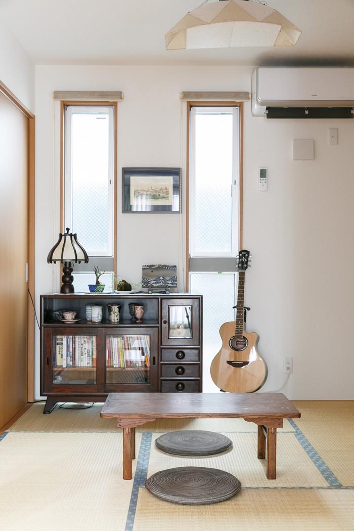 和室にあわせたのは日本の民芸家具たち。和紙で出来た楽しいデザインの照明は、衣子さんのお父様が買われたもの。