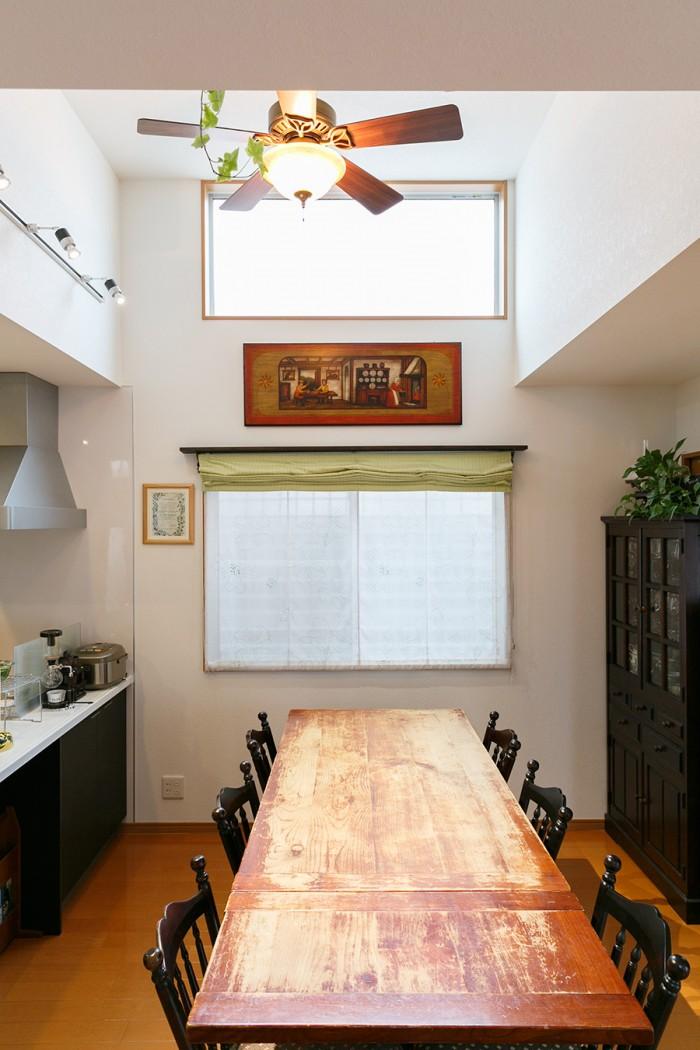 英国アンティークのテーブルは、あえて塗装をせずに、味のある経年変化も楽しむ。両側が伸ばせる仕様で今は片側を伸ばした状態。「日本のものを組み合わせたら面白いかなと思って、北海道民芸の椅子を選びました。座ると少しテーブルが高く感じるんですけどそれもまた良しかな」。
