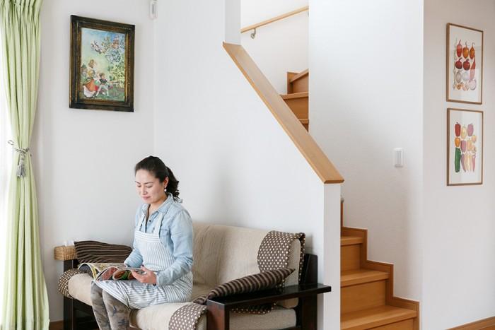 リビングのソファーは北海道民芸。掛けられた「ジャックと豆の木」の絵は衣子さんのお父様が描いたものだそうで、絵本作家・武井武雄さんの絵を模写している。