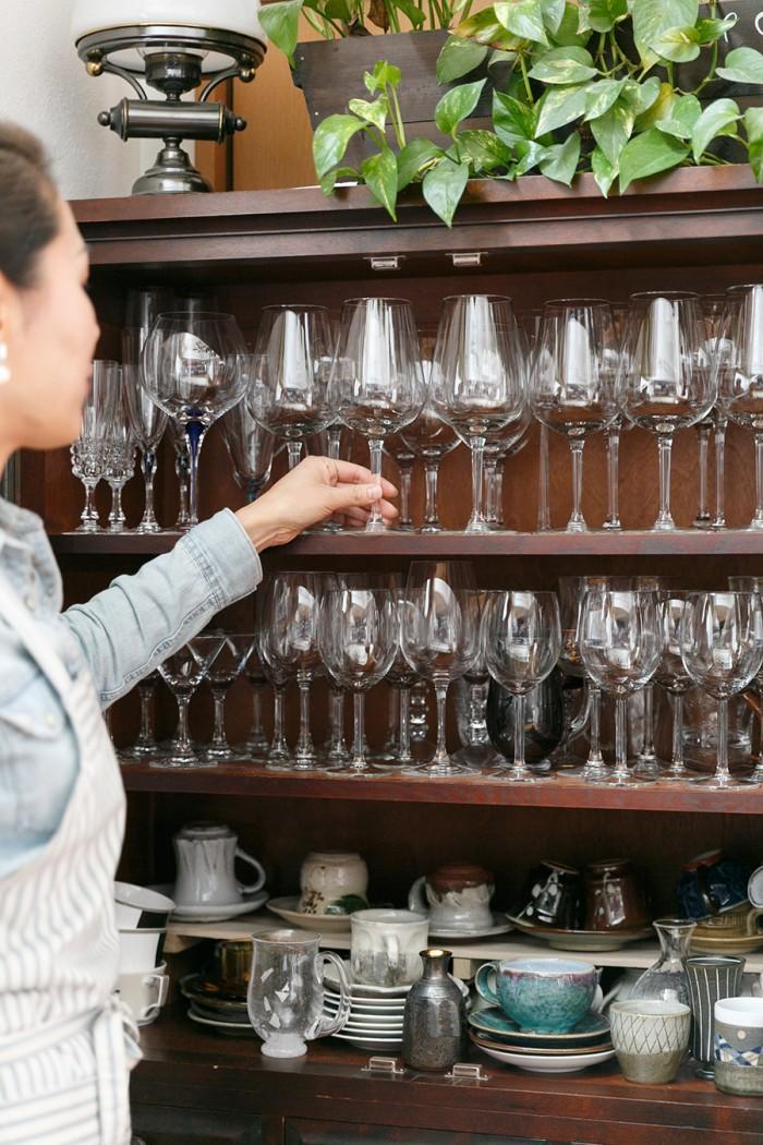愛用の食器棚は、衣子さんとお兄様が結婚したらひとつずつあげよう、と衣子さんが生まれた時にお父様が2つ買っていたもの。松本民芸の品。