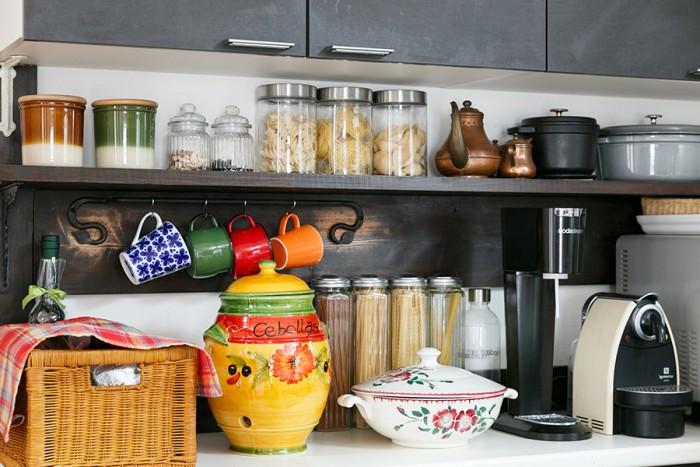小物を置いたりカップをかけたり。使いやすそうなキッチンの棚は衣子さんのお父様の手製。穴が空いた壷はスペイン製で、元は玉ねぎやじゃがいもを保存するためのもの。右のスープ入れはフランスのアンティーク。