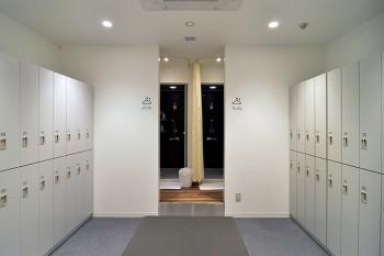 Lady's ランニングステーションはホワイトを基調とした空間。シャワー&ロッカー使い放題定額プランは月額2900円。