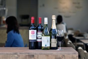 ワインは赤、白、スパークリングが揃う。