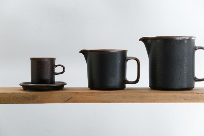 左からカップ&ソーサー ¥6,200 ピッチャー ¥11,800 ジャグ ¥16,800 以上ARABIA(ヴィンテージ)