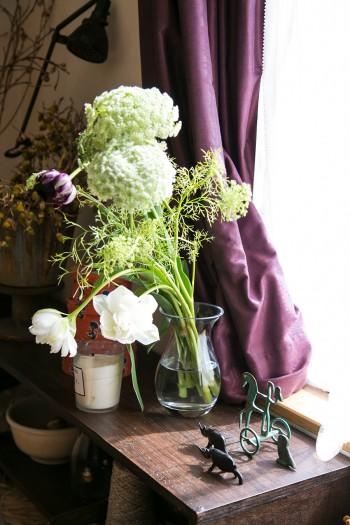 花瓶に活けられているのはレースフラワーのグリーンミストとチューリップ。