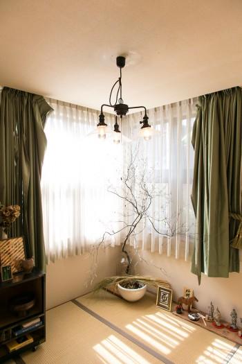 光がたっぷり入る和室。ドウダンツツジの枯れ木を飾る。