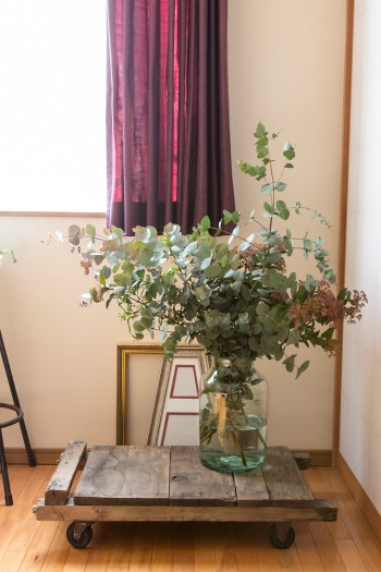 前の家主から譲り受けた台車をディスプレイに活用。花器に活けた植物はユーカリやガマズミ。
