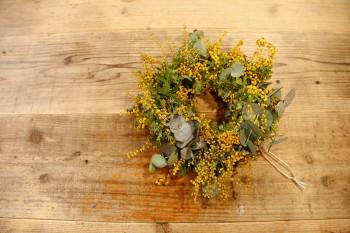 ミモザの花をリースに。ワークショップで作り方をレクチャー。