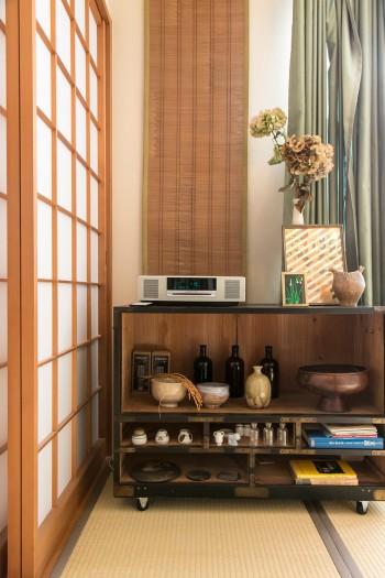 京都でご主人が使っていた棚。引き出しを取り除いて、やすりをかけ塗装。愛着のある器などを並べている。