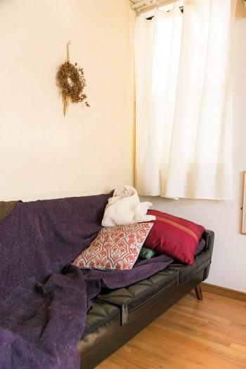 アジアのファブリックを合わせたカリモクのソファー。