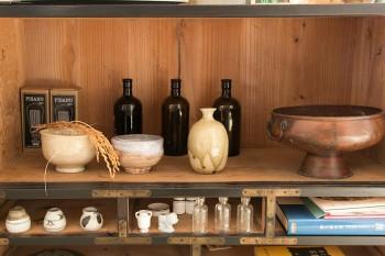 和食器などの小物を陳列。味わいのある雰囲気。