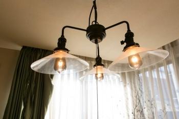 エジソン電球の灯りが優しい照明。京都時代から愛用。