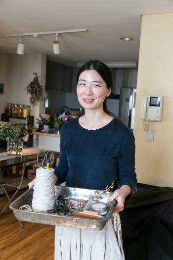 平松朋子さん。自宅でのワークショップや、イベント・ブライダルなどのフラワーアレンジで、植物の魅力を伝える。http://futatsunotsuki-hana.com