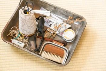 平松さんが愛用する仕事道具。どこへでも持ち運べるようセッティング。