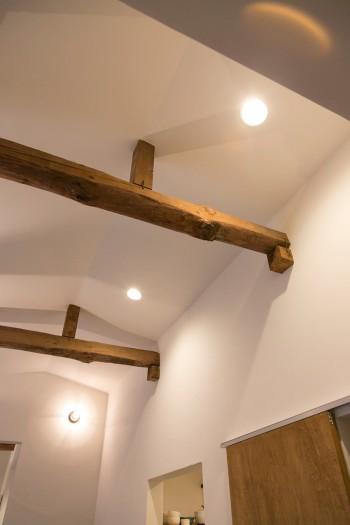 米軍ハウスとして使われていた当時の古い梁はそのまま残してリノベーションした。
