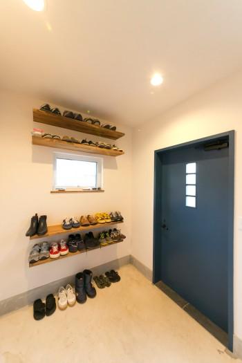 玄関スペースには広い土間を造った。「靴が多いので、靴が置ける棚ををたくさん作ってもらいました」