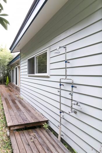 庭に面したデッキには、温水が出るシャワーも設置。