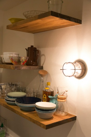 船舶用のライトをキッチンにも採用。棚の幅をリズミカルに変えている。
