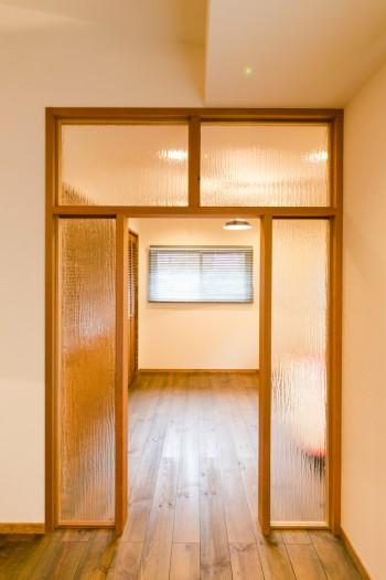 すりガラスでゆるやかにリビングと分けられた部屋。「何となく分けたかったので、ドアで仕切りたくありませんでした」