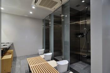 シャワールームの利用料は700円、シャワー+バスタオル付きの利用料は1000円。