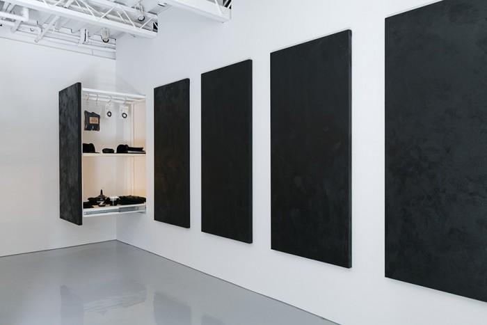 心地良い緊張感が漂う「黒」の空間。