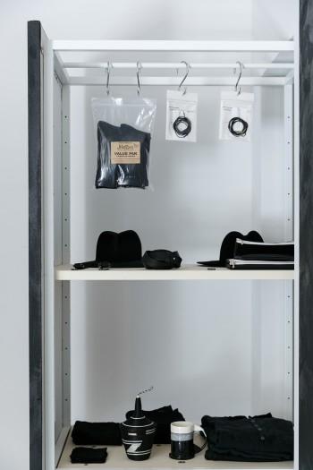 ファッションアイテムからキッチンウエアまで「黒」で構成。