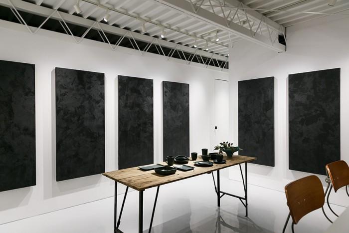 SUEKI CERAMICS企画展。作品の多くはキャンバスの奥に。