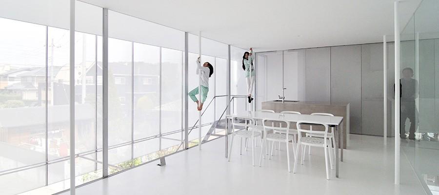 """床壁天井、すべてが白の家""""家っぽくない""""家で家族生活を楽しむ"""