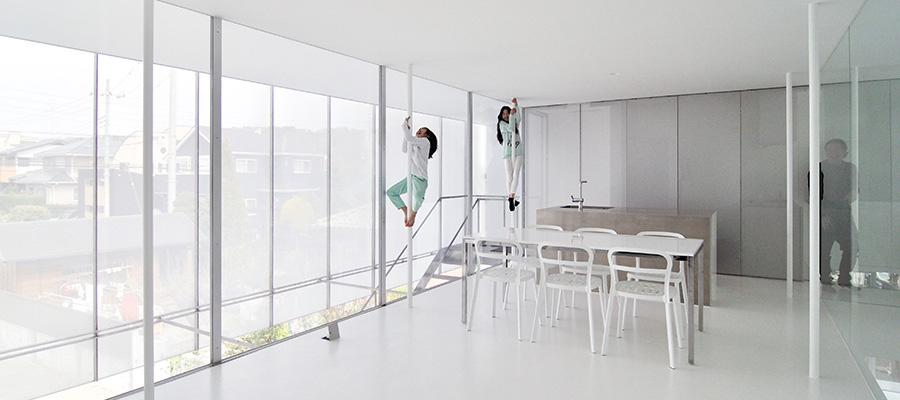 """床壁天井、すべてが白の家  """"家っぽくない""""家で 家族生活を楽しむ"""