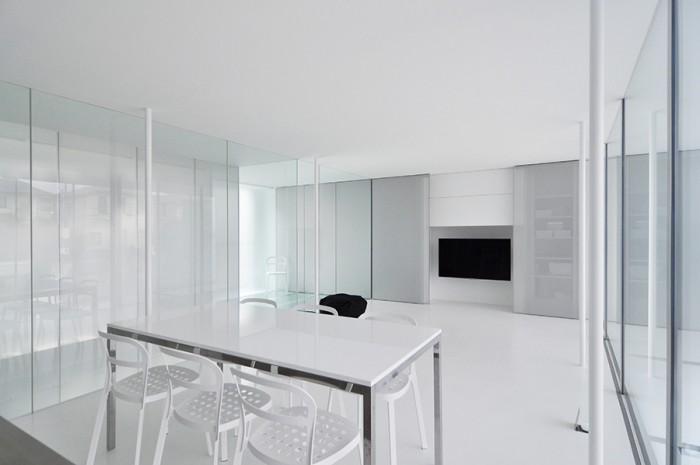 2階入口近くからリビングダイニングを見る。天井や壁だけでなく床まで白い空間。