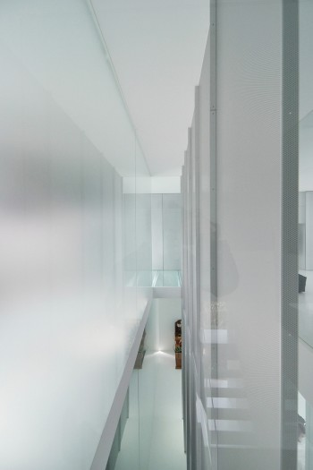 南(左)からの光をやわらげるすりガラスとパンチングメタル。そのままインテリアデザインともなっている。
